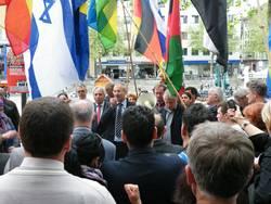Volker Beck redet auf einer Demonstration