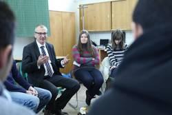 Volker Beck diskutiert mit Schülerinnen und Schülern